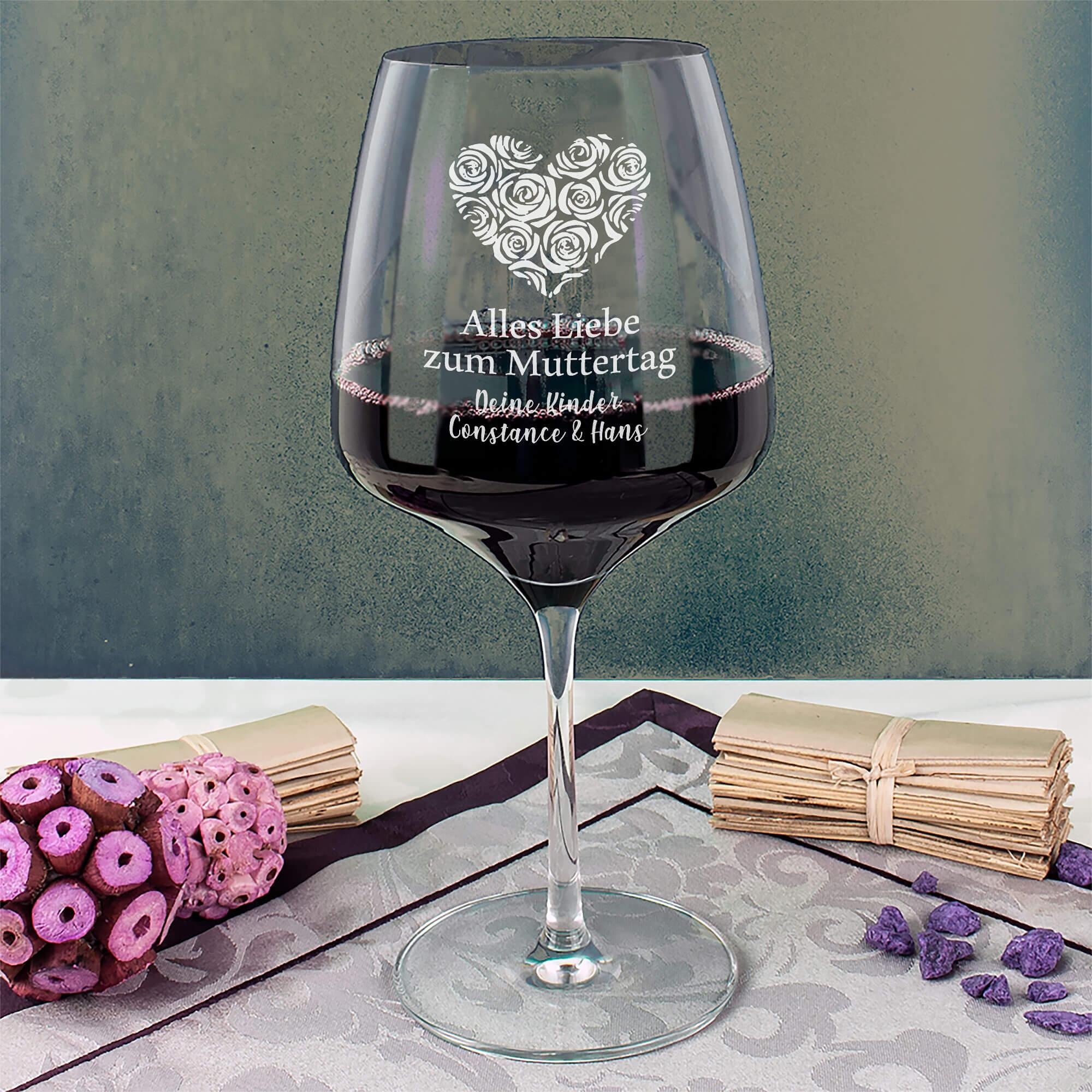 Rotweinglas mit Gravur als Muttertagsgeschenk